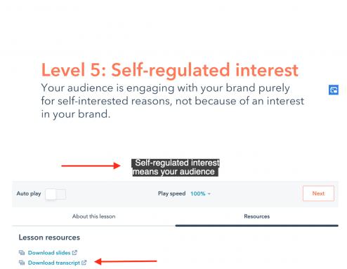 Screenshot di una lezione dell'Academy HubSpot con due frecce a indicare sottotitoli e trascrizioni