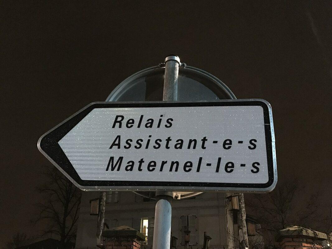 """Un cartello stradale in rue Dalayrac, a Fontenay-sous-Bois che usa la scrittura inclusiva: """"Relais Assistant·e·s Maternel·le·s"""""""